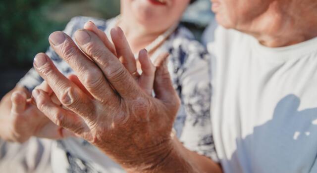 Coppia di 90 anni sconfigge il COVID-19: l'amore vince su tutto