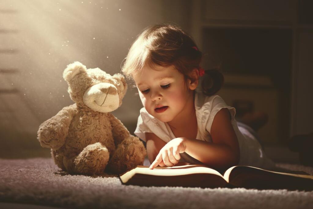 Una bambina legge un libro