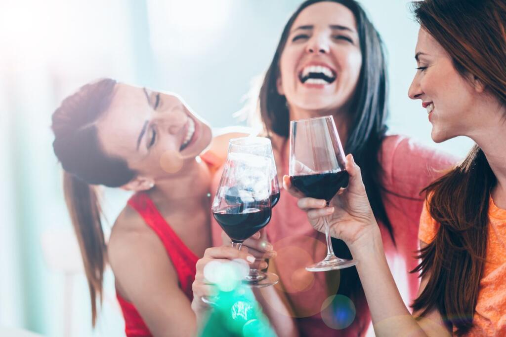 Tre donne brindano con il vino