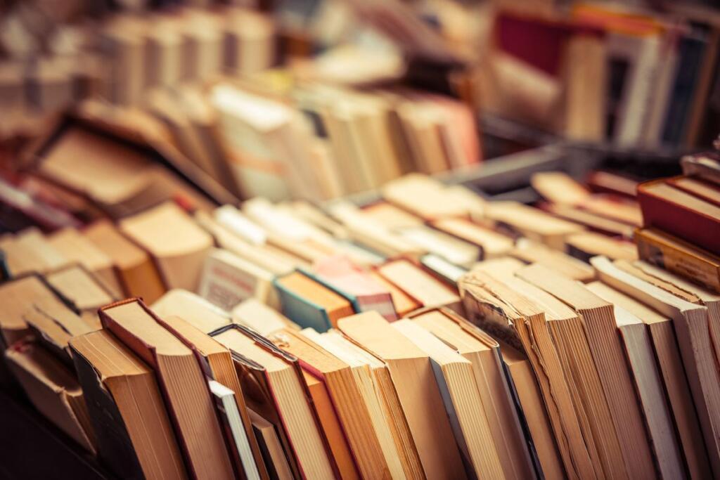 Una serie di libri in una biblioteca