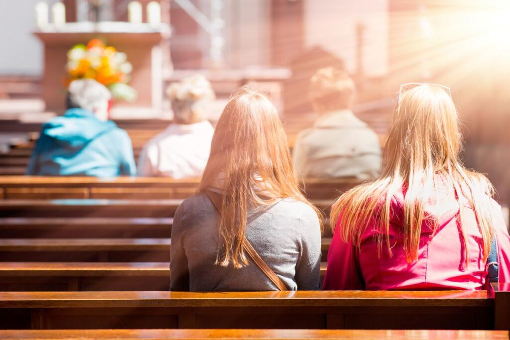 Persone che pregano in una chiesa