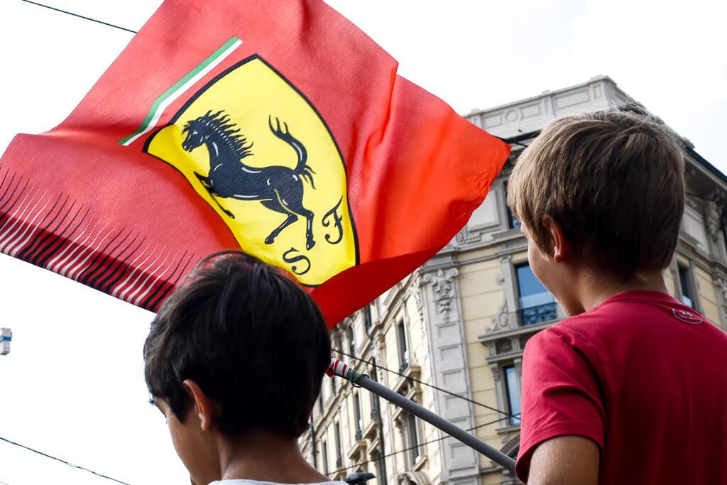Bambini con la bandiera Ferrari