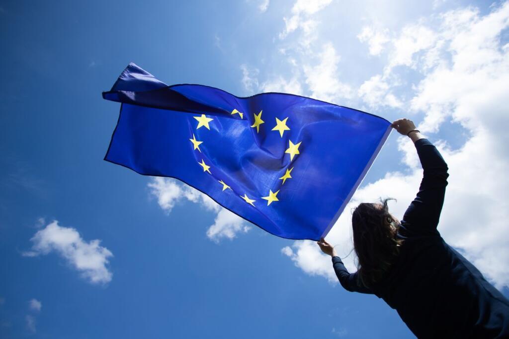 donna con bandiera europea
