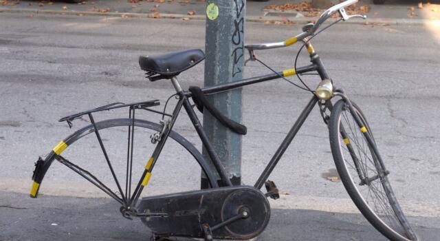 Le bici abbandonate trovano nuova vita: le iniziative di recupero in Italia