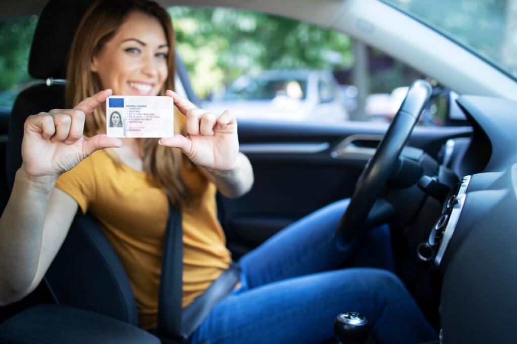donna con patente di guida