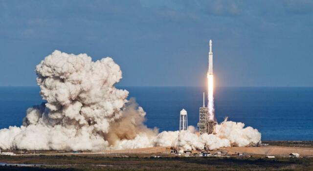 Miliardario giapponese cerca 8 volontari per il volo SpaceX intorno alla luna