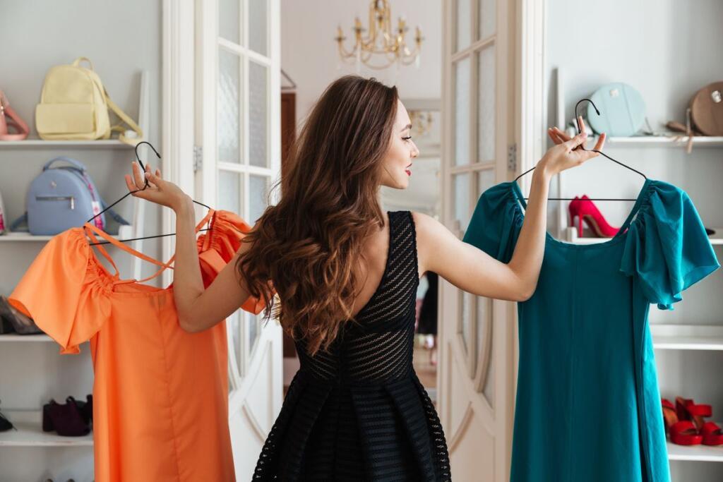 Donna con abiti dell'armadio