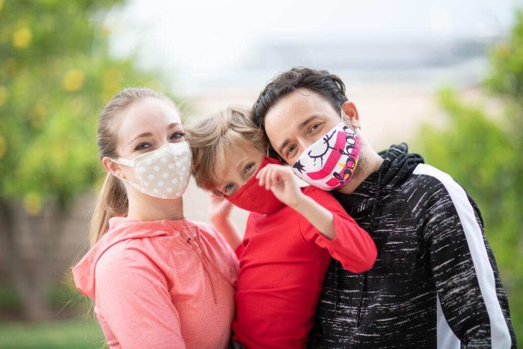 Famiglia che indossa mascherine di stoffa