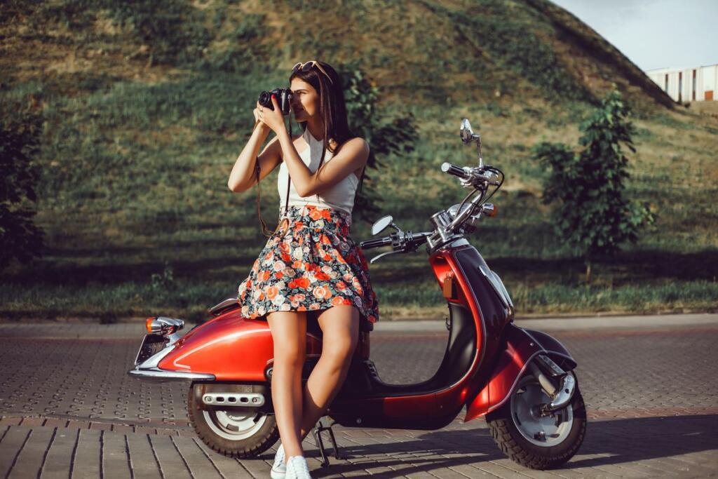 Una ragazza in Vespa