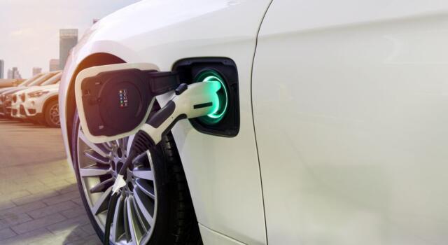 La rivoluzione green di Poste Italiane: le consegne di posta e pacchi con auto 100% elettriche
