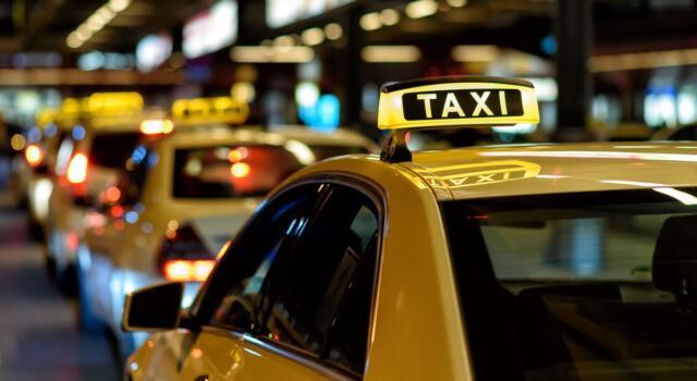 Il taxi solidale a Milano offre viaggi gratis per le fasce deboli: i numeri di un successo