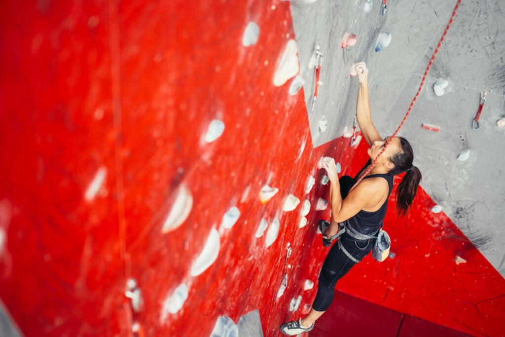 Una donna fa arrampicata sportiva