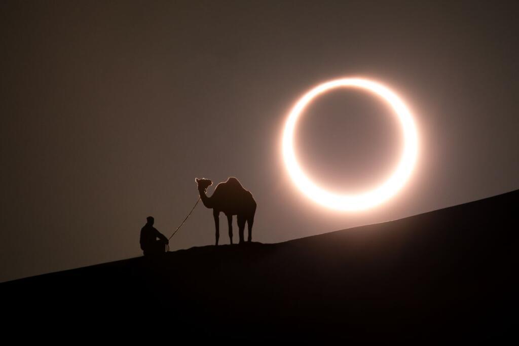 Eclissi solare anulare nel deserto