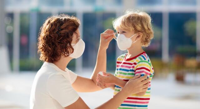 Stop alla mascherina all'aperto dal 15 luglio, ma bisognerà portarla sempre con sé