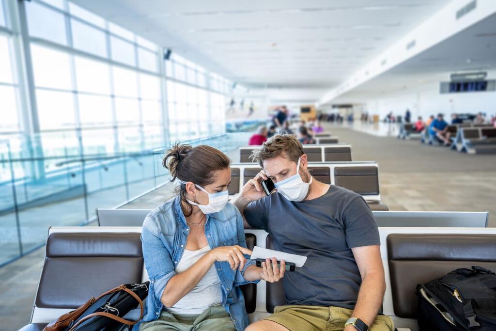 attesa al gate per volo con mascherina