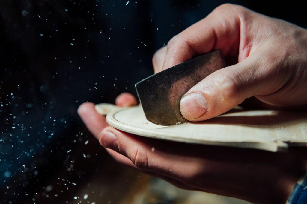 Un liutaio lavora il legno