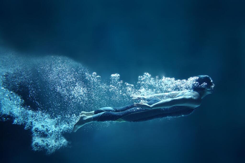 Una nuotatrice in piscina