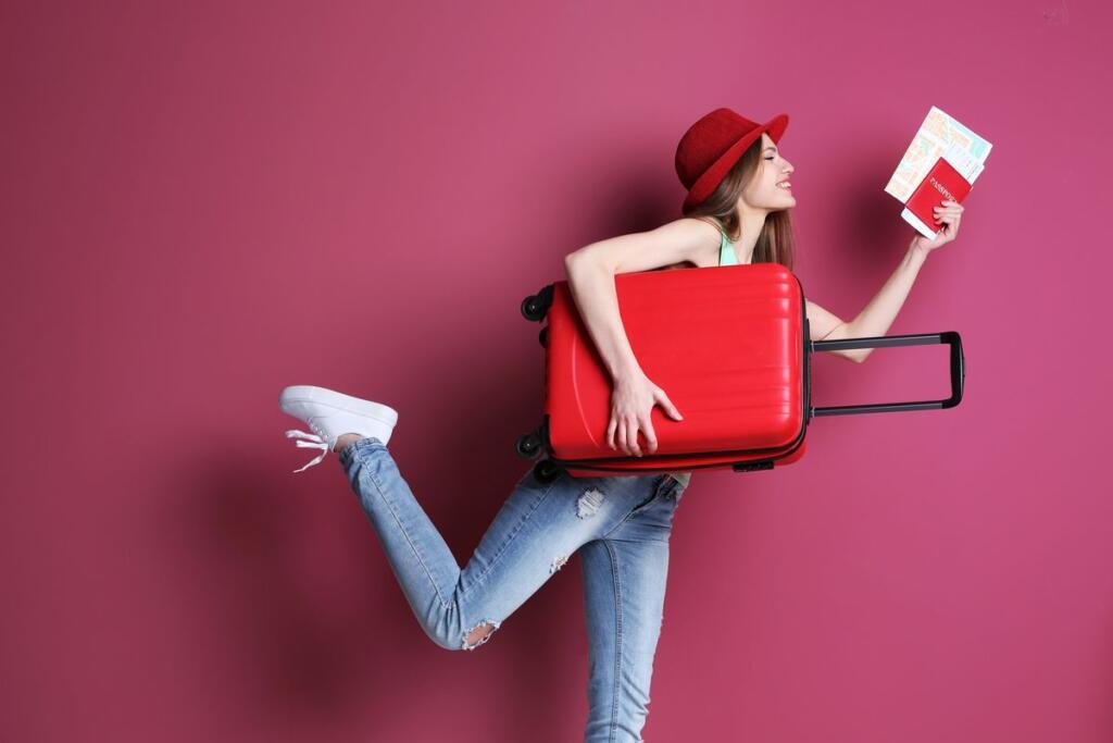 Ragazza con valigia e passaporto