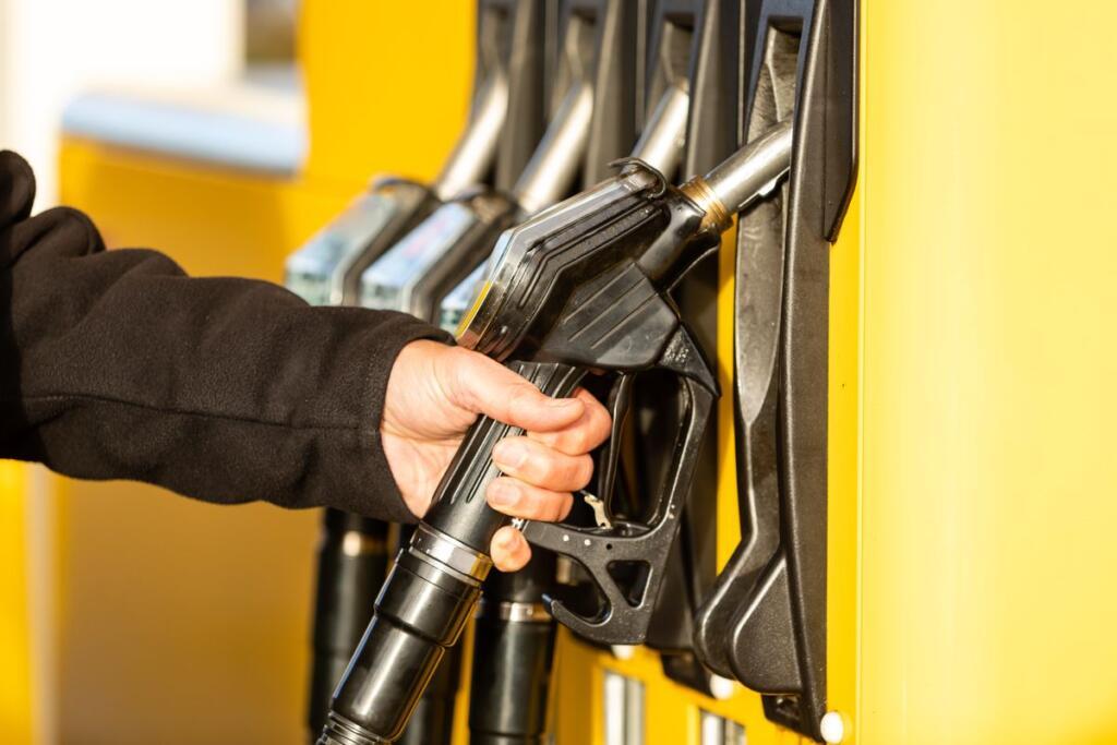 Un uomo al distributore di benzina