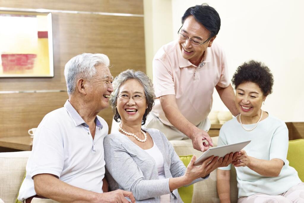 famiglia orientale che guarda una foto