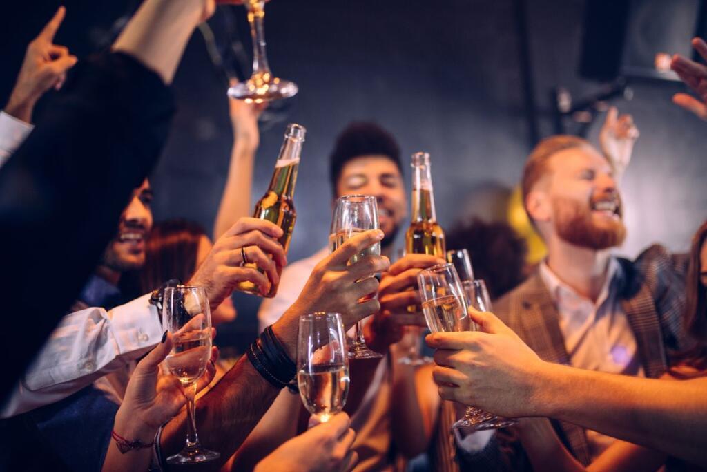 Festa tra amici con birra e champagne