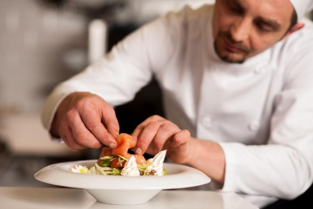 Uno chef prepara il suo piatto